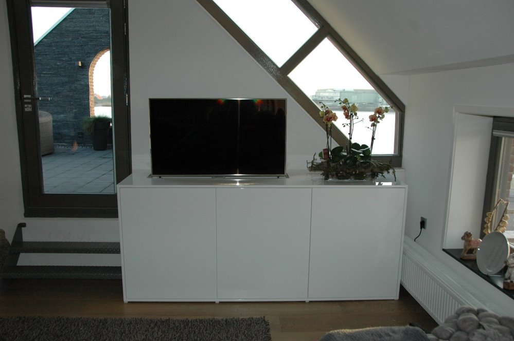 Tv-kast_hoogglans_lak_met_tv_lift